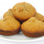 muffin met gewelde gedroogde dadels en abrikozen